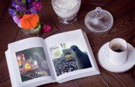 فون و قاب عکس کتاب روی میز دو تصویره